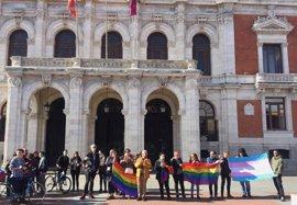 Dos centenares de personas censuran en la Plaza Mayor de Valladolid la presencia de un autobús de HazteOir en la ciudad