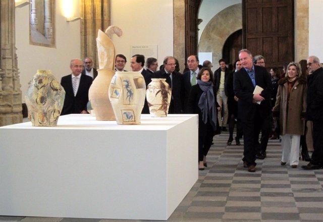 Autoridades en su visita a la exposición de Barceló en la USAL
