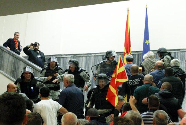 Manifestantes irrumpen en el Parlamento de Macedonia