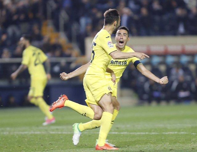 Adrián y Bruno Soriano se abrazan tras un gol del Villarreal