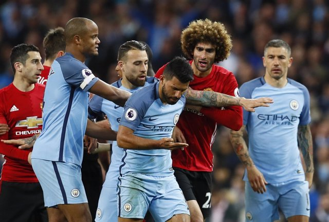 Agüero y Fellaini en el City-United