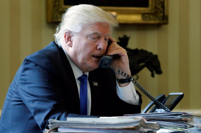 Donald Trump hablando por teléfono desde el Despacho Oval de la Casa Blanca