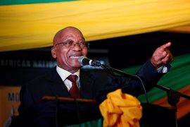 Miles de personas se manifiestan en Sudáfrica a favor y en contra de Zuma