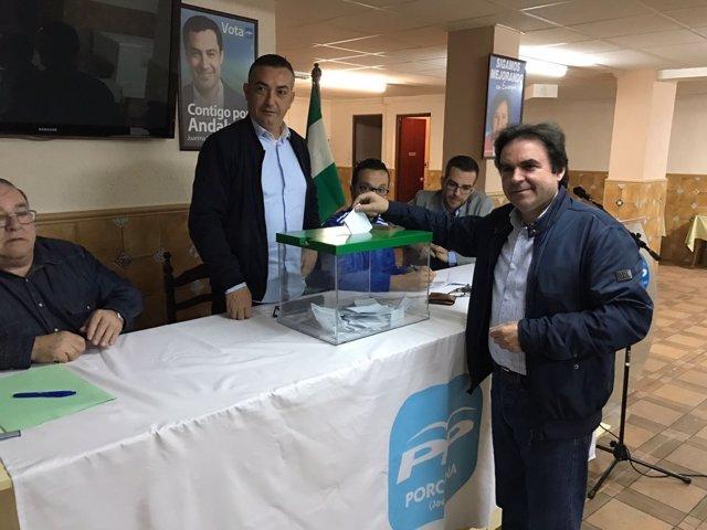 Moreno deposita su voto en la urna en la primera votación del PP de Jaén.