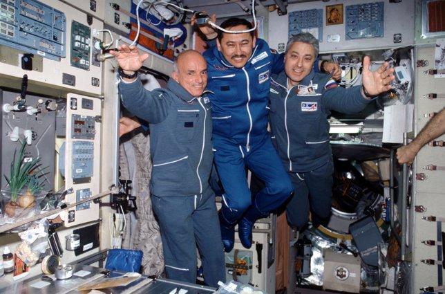 Dennis Tito es el primero por la izquierda
