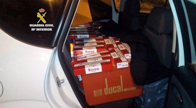Tabaco de contrabando intervenido en un coche