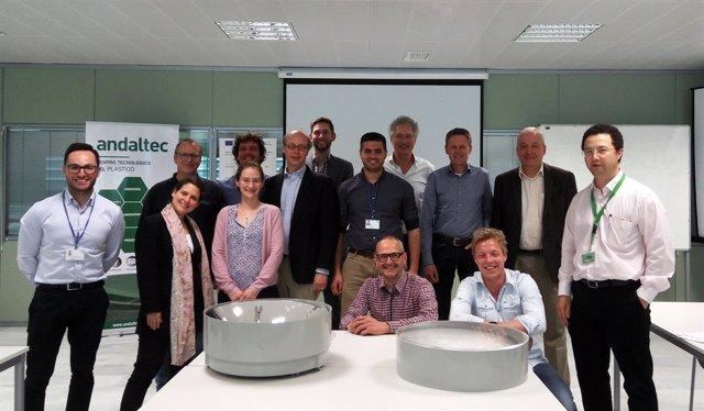 Participantes en la reunión del proyecto sobre el concentrador de energía solar.