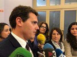 """Albert Rivera: Pablo Iglesias ayuda a Mariano Rajoy """"frivolizando"""" con una moción de censura"""