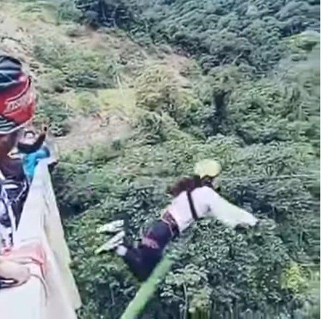 Una joven sufre accidente haciendo bungee jumping