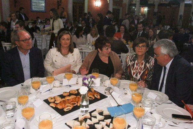 Rosa Peñalver, junto a Teresa Jiménez y Antonio Ramírez de Arellano