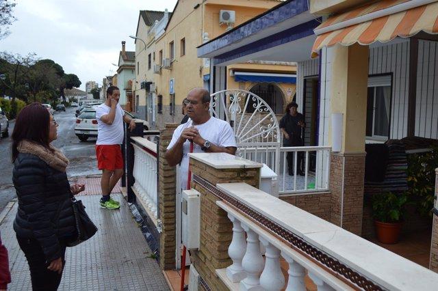 La alcaldesa de Punta Umbría, Aurora Águedo, visita a los afectados.