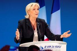 """Le Pen apela a los """"insumisos"""" que respaldan a Mélenchon a que no voten a Macron"""
