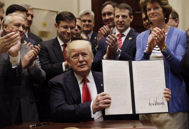 Donald Trump firma una orden ejecutiva