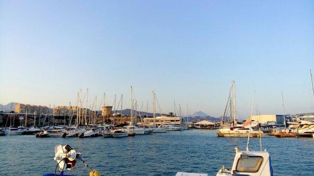 El Puerto de El Campello y la Torre Illeta de l'Horta o Saleta al fondo