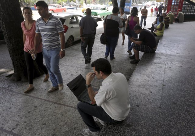 Cubanos usando la red de Wifi en La Habana