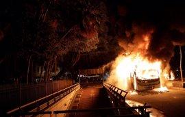 Al menos cinco autobuses incendiados en Río de Janeiro en los incidentes durante la huelga general de Brasil