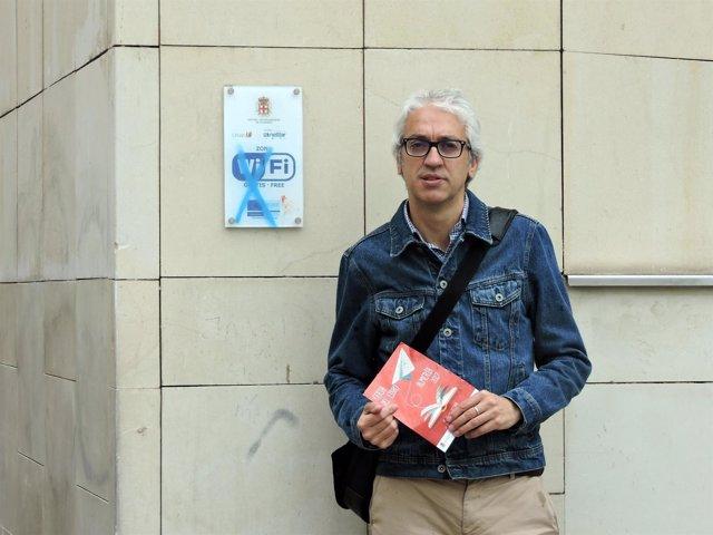 Manuel Vallejo (PSOE) frente a una señal de punto wifi en Almería