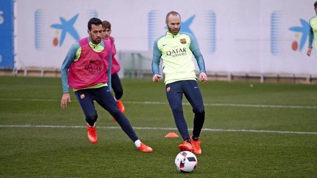 Iniesta y Busquets en un entrenamiento con el FC Barcelona