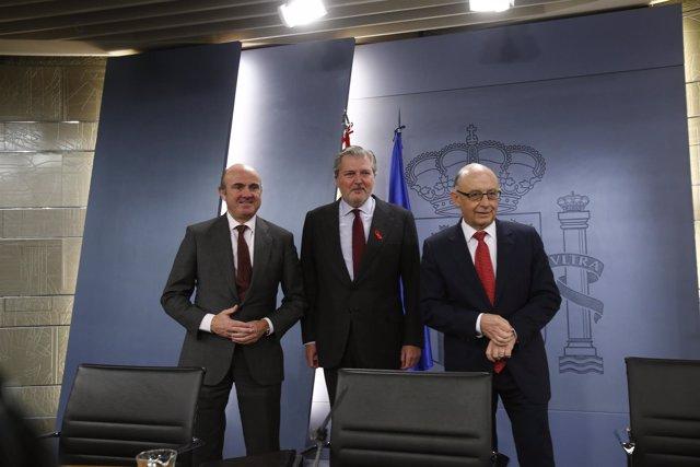 Luis de Guindos, Méndez de Vigo y Cristóbal Montoro tras el Consejo de Ministros