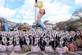 Los portugueses se echan a la calle para empaparse del color de las Hogueras de San Juan