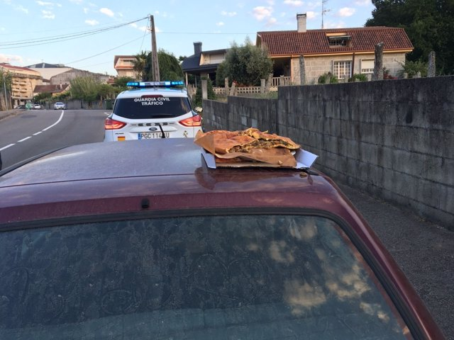 Un joven viajaba sobre el capó con una empanada