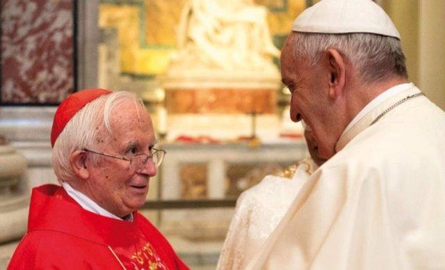 El cardenal y el papa en una imagen de archivo