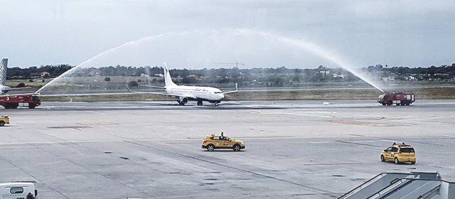 El avión ha sido recibido con un chorro de agua como es tradición