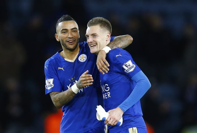 Jamie Vardy con Danny Simpson tras triunfo del Leicester