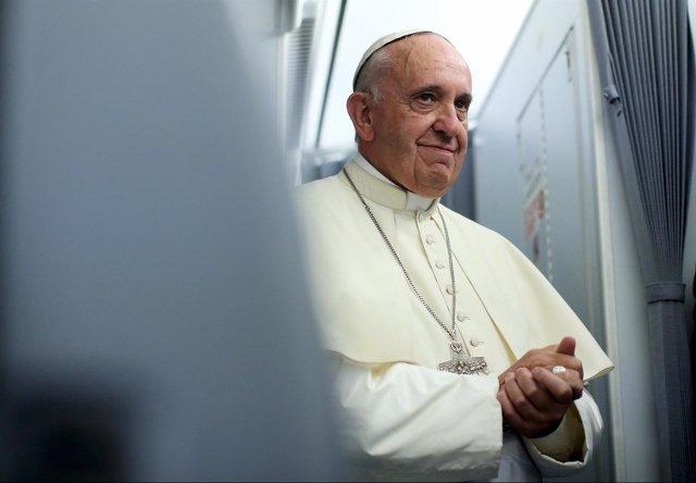 Papa Francisco sonríe en el avión tras despedirse de Asunción, Paraguay