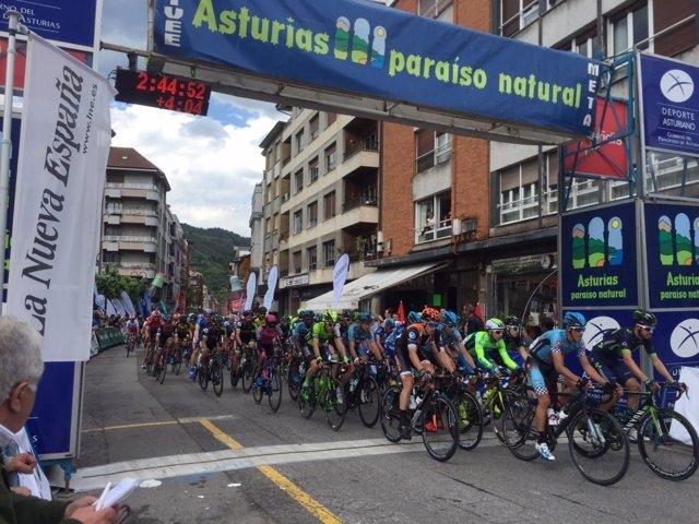 El colombiano Roldán se impone en Pola de Lena y lidera la Vuelta a Asturias