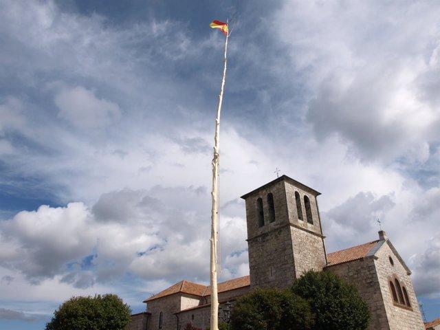 Mayo junto a la iglesia de Pedrajas de San Esteban (Valladolid)