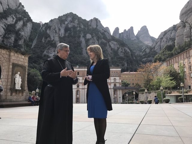 El abad de Montserrat, Josep Maria Soler, y la periodista Sílvia Cóppulo