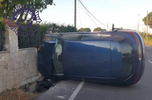 El coche golpeó el muro de una vivienda