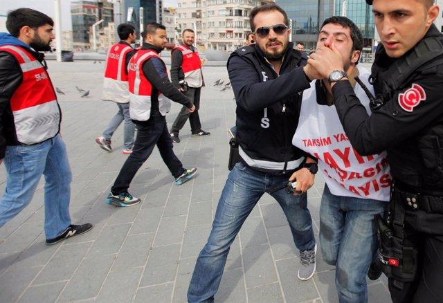 Policías turcos detienen a un manifestante en Estambul