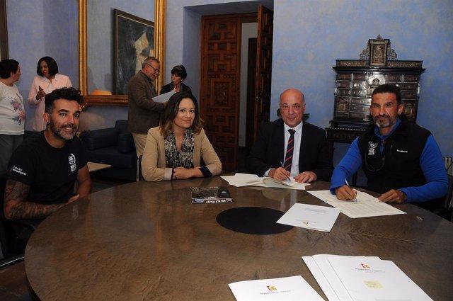 Firma del convenio de la Diputación de Córdoba con Bomberos Unidos Sin Frontera