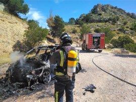 Los Bomberos extinguen un conato de incendio forestal provocado por la explosión de un coche en Cieza