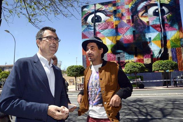 El alcalde, José Ballesta, y el artista Kobra inauguran el mural