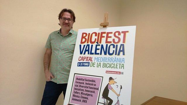 El concejal Giuseppe grezzi con el cartel anunciador del Bicifest