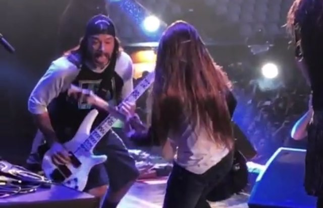 Robert Trujillo y Tye Trujillo con la banda KORN