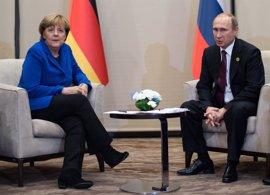 Merkel se reúne este martes con Putin en su primera visita a Rusia en dos años
