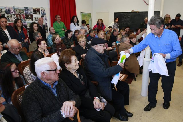 Revilla en el homaneja a los mayores