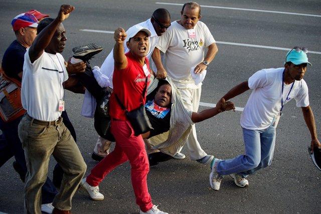Manifestantes con la bandera de EEUU en el desfile del 1º de Mayo en La Habana