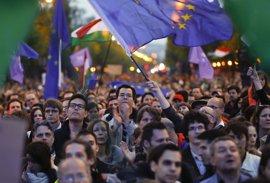 Un nuevo partido político europeísta congrega a miles de húngaros en el centro de Budapest