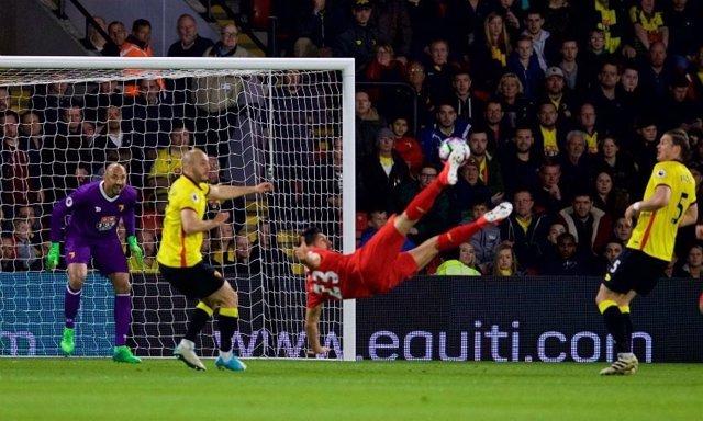Emre Can ejecuta la chilena del 0-1 ante el Watford