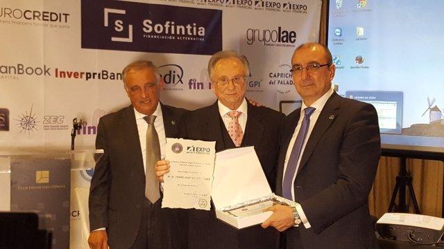 Tomás Fuertes (centro) y Alfonso García (derecha) recogen el premio