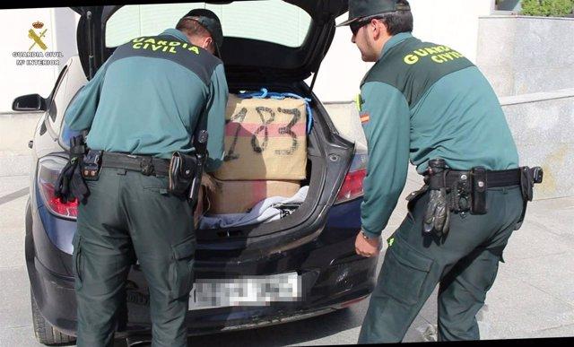 Interceptan un coche lleno de hachís tras fugarse en la AP-7 en Tarragona