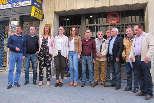 Adán y López (4 y 5 i) junto a otros miembros del PP de Jaén que apoyan a Moreno