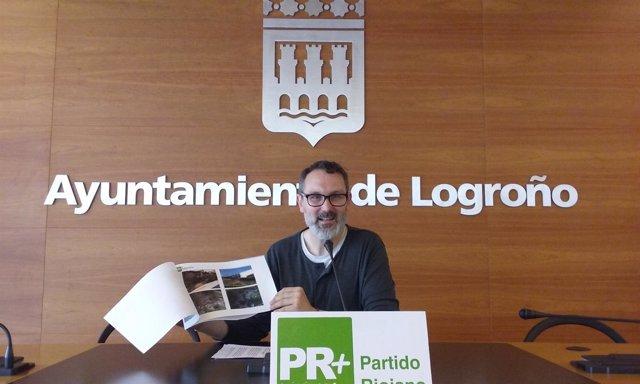 """El concejal del PR+ Rubén Antoñanzas muestra """"mal estado"""" parque Felipe VI"""