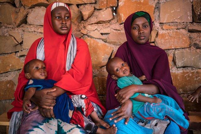 Madres con sus hijos esperan en un centro de UNICEF en Somalia