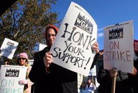 Hollywood evita la temida huelga de guionistas con un acuerdo 'in extremis'